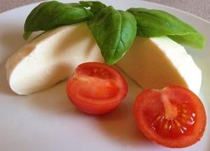 Mozzarella mit Tomate und Basilikum