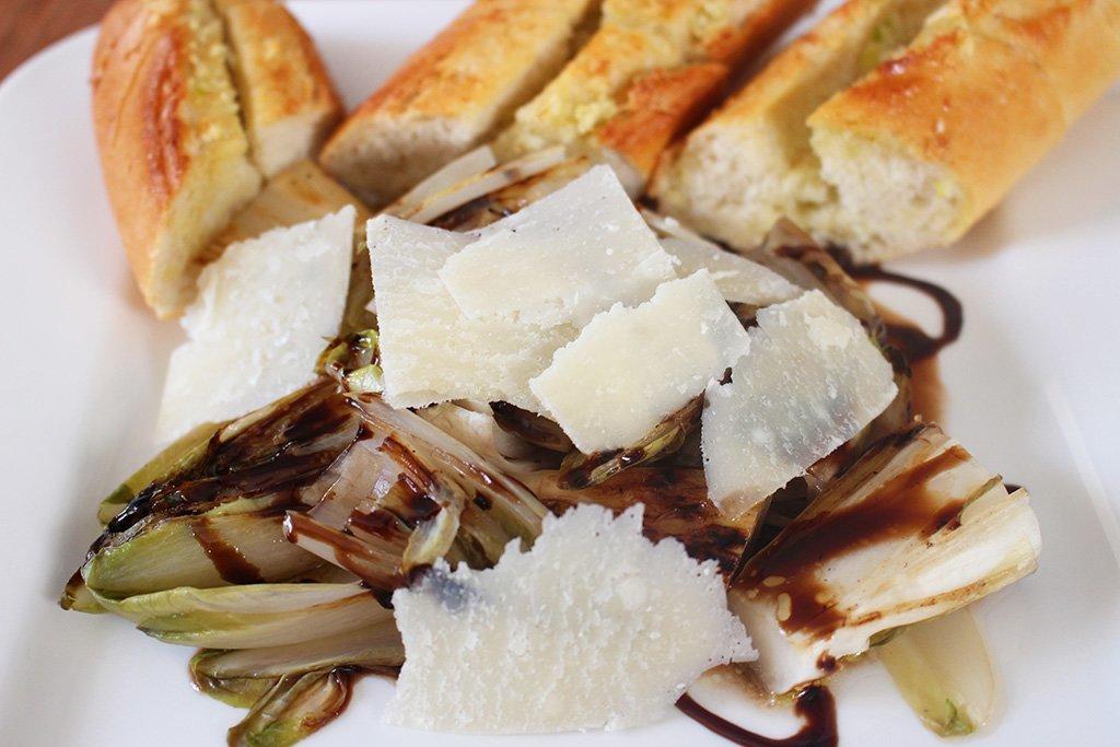 Gegrillter Chicorée Salat Mit Parmesan Und Knoblauchbrot
