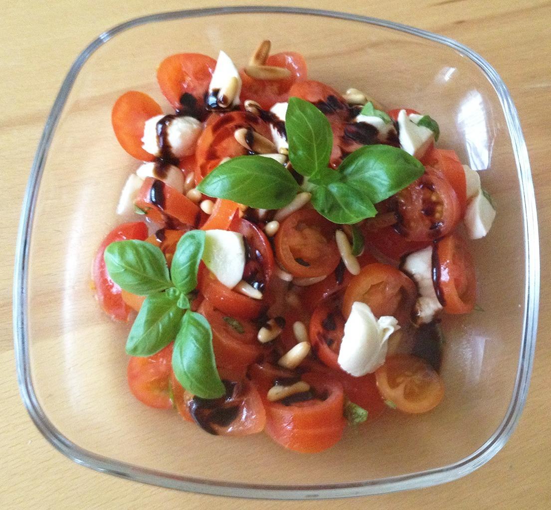 tomaten salat mit mozzarella basilikum und aceto balsamico. Black Bedroom Furniture Sets. Home Design Ideas