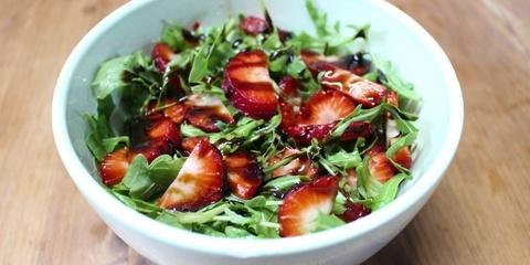 Rucola Salat mit Erdbeeren