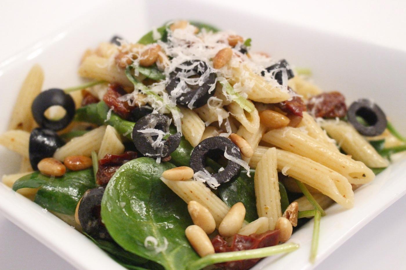 italienischer pasta salat mit blattspinat tomaten und oliven. Black Bedroom Furniture Sets. Home Design Ideas