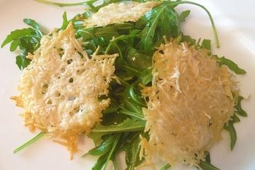 Parmesan Chips auf Rucola