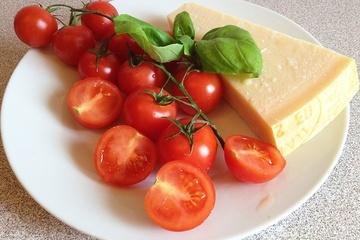 Tomate mit Basilikum und Parmesan