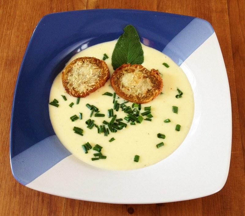 Knoblauchsuppe mit Pesto Crostini