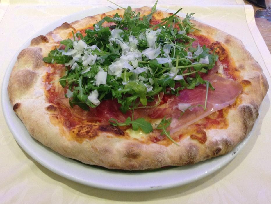 Pizza Prosciutto, Ruccola und Parmesan